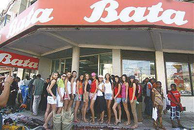 Finalistky Miss 2009 u Bati v Keni_min.jpg